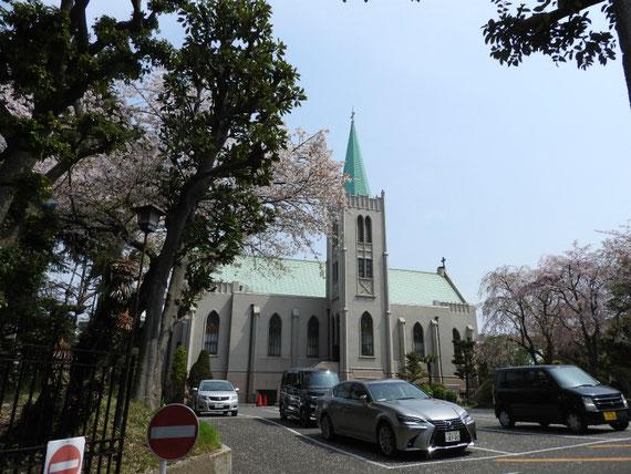 駐車場からカトリック山手教会を見る