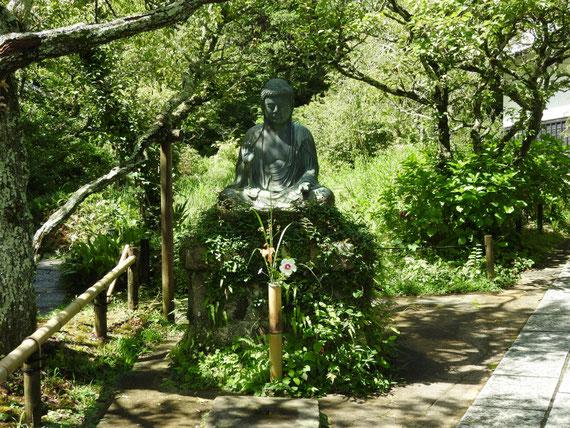 参道正面の金仏像