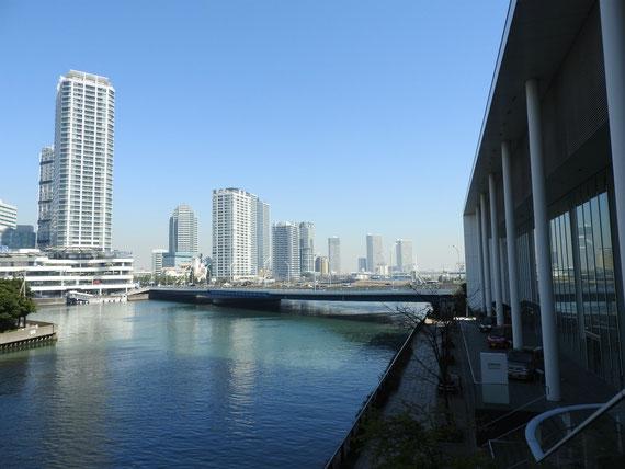 日産グローバル本社ショールームより、横浜ポートサイドを望む