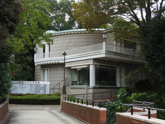霧笛橋より神奈川近代文学館入り口を望む