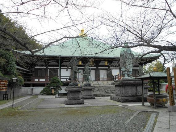 本堂(帝釈堂)、日蓮聖人像の周りには、広目天、毘沙門天、増長天、持国天の銅像