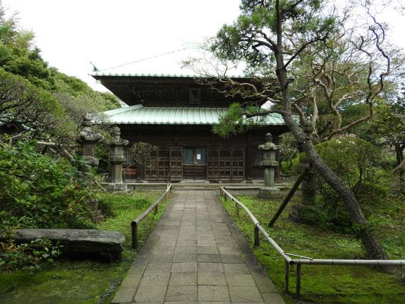 総門から仏殿を望む