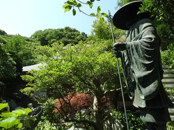 弘法大師像と庭園