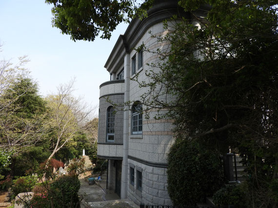 左側面、墓地側のデザイン
