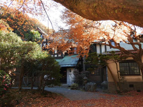 門を入り、前庭の紅葉に包めれる旧華頂宮邸