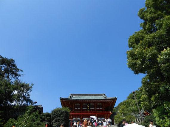 8月の真っ青な空と、鶴岡八幡宮、本宮宝物殿。 とにかく空がきれいでした。
