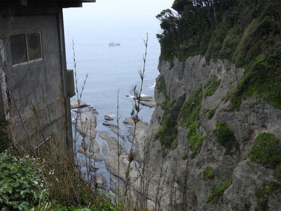 岩屋への途中の絶壁