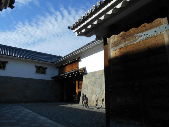 櫓門全景、鉄砲狭間の格子