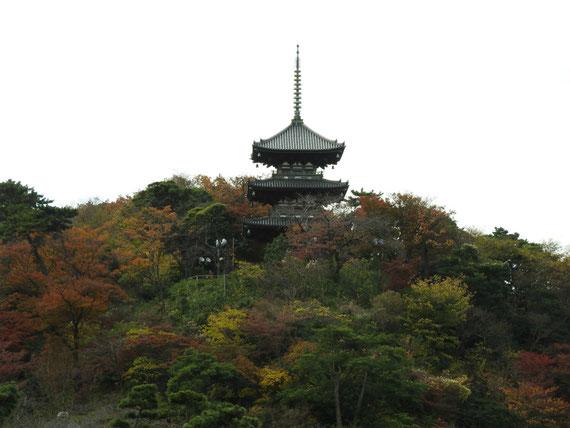 紅葉の旧燈明寺三重塔