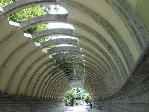 建長寺からすぐの、巨福呂坂洞門