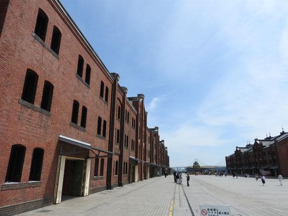 赤レンガ倉庫2号館(商業施設)右全景・・この1枚でカメラバッテリー切れ