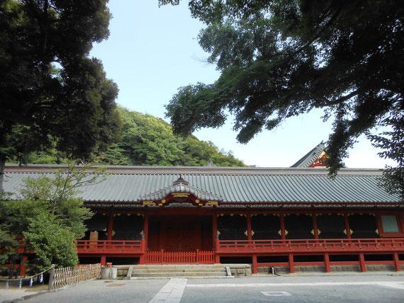 鎌倉街道より鶴岡八幡宮本宮へ。 石段を上って一息つける空間です。