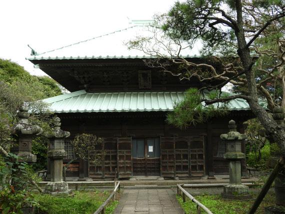 仏殿、十二支の装飾彫刻があります