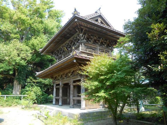仏殿の前に建つ山門。 との建物もかなり古いです。この山門は見事でした。