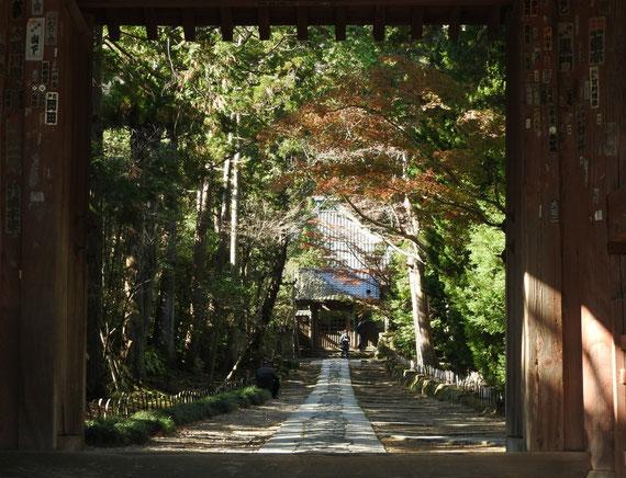 山門から境内の石畳みに参道を観る