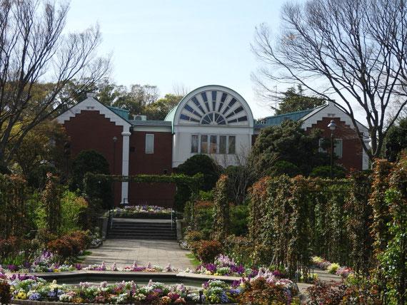 ローズガーデンから、大佛次郎記念館を望む