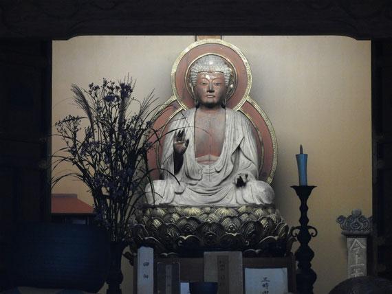 本堂に安置されている、釈迦如来像