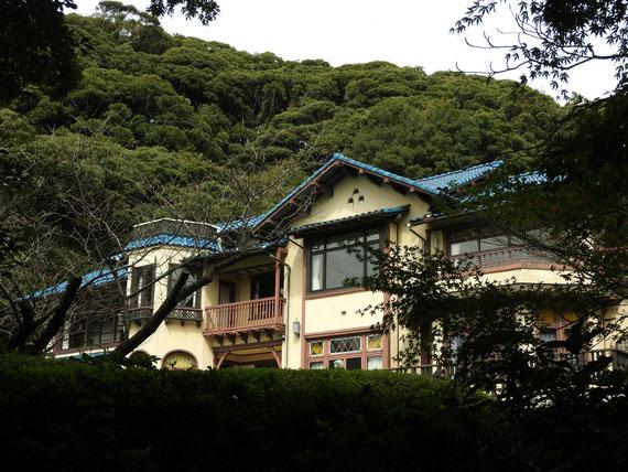 左門扉への通路の垣根越しの鎌倉文学館