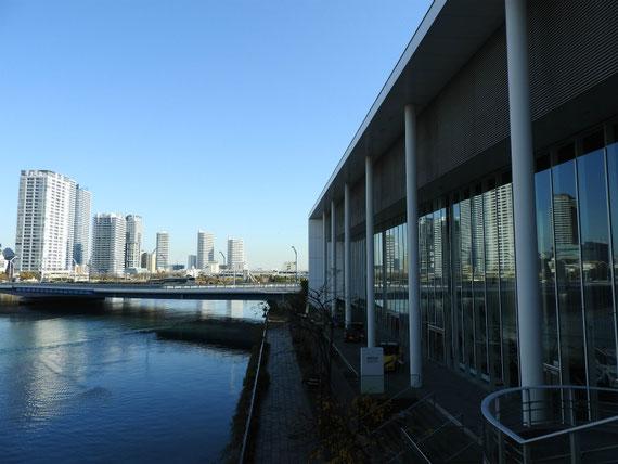 はまみらいウオークから横浜ベイクオーターエリアを望む