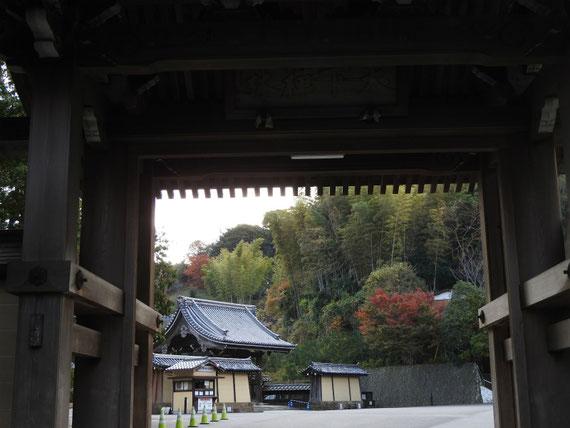 天下門から建長寺総門を望む