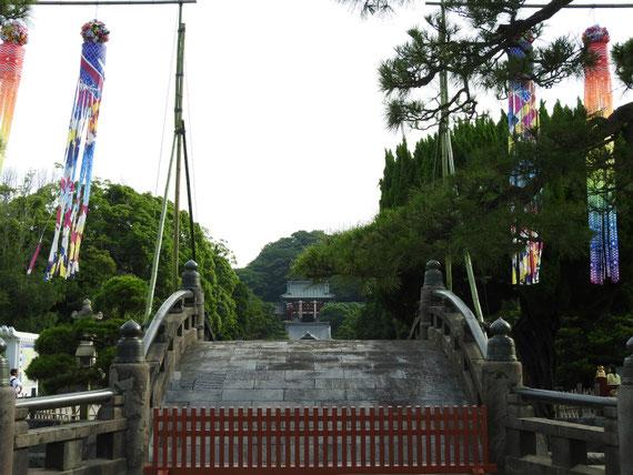 七夕まつりの飾りつけの、太鼓橋
