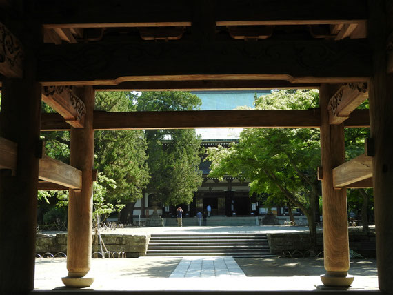 山門から仏殿を観る