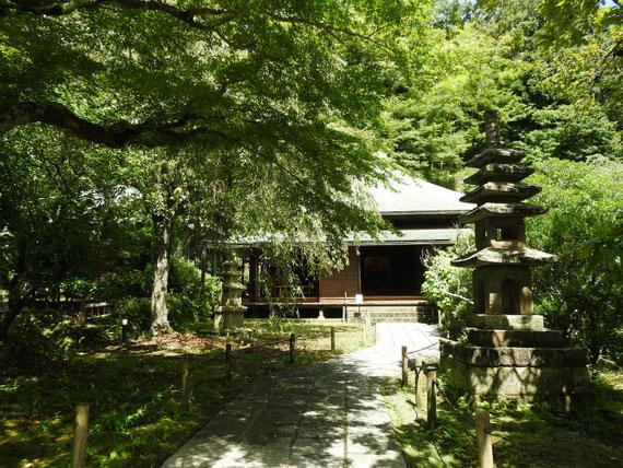 参道からみる東慶寺本堂(泰平殿)