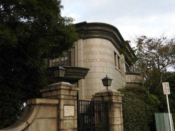 横浜外国人墓地資料館入り口門