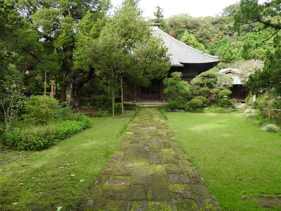 本堂と苔生す石畳