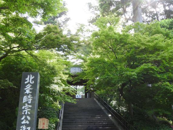 北鎌倉駅を過ぎて、円覚寺総門