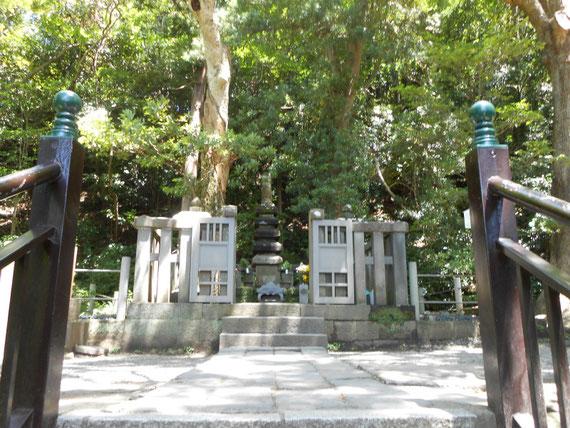 木立に囲まれた、西御門の山懐にあるお墓