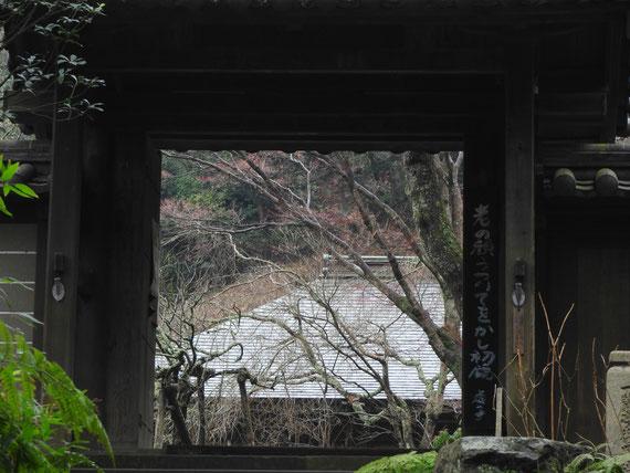 山門から境内を望む