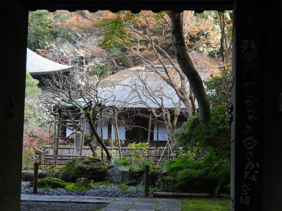 山門から前庭園をみる