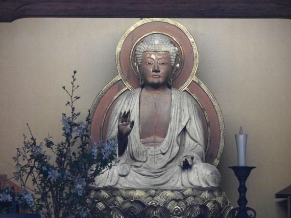 本堂(泰平殿)に安置されている釈迦如来坐像