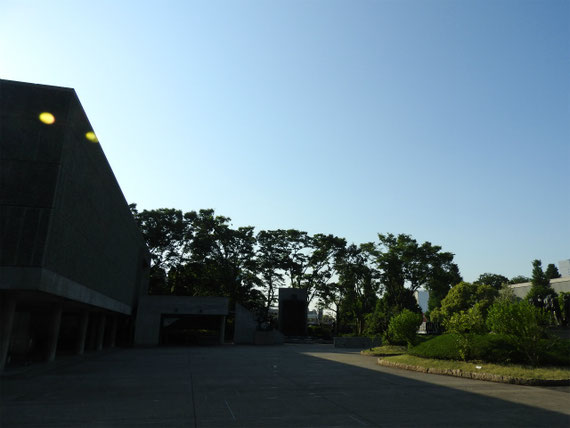 誰もいない本館前庭園に日が昇ります