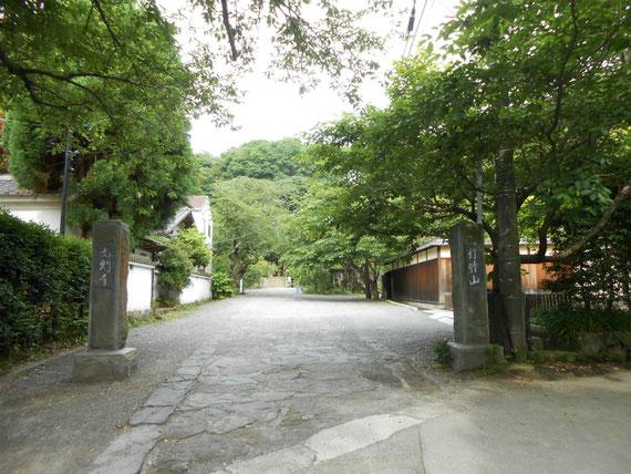 境内に入る門は、静かな民家の中です