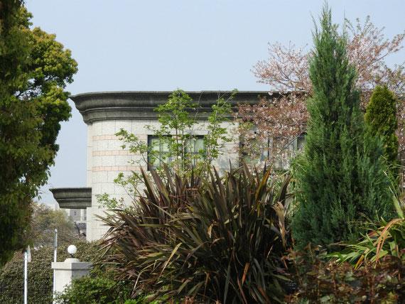 ブラフ99ガーデンより、外国人墓地資料館を見る