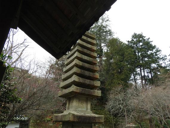 覚園寺境内の石の層塔
