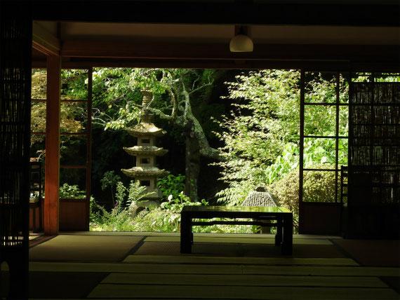 方丈・客殿から中庭を望む