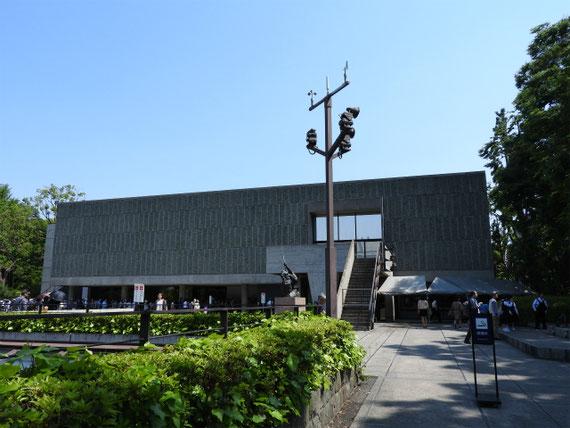 世界遺産登録発表の翌日、開館と同時に多くの人たちが並んでいます。右彫刻展示から
