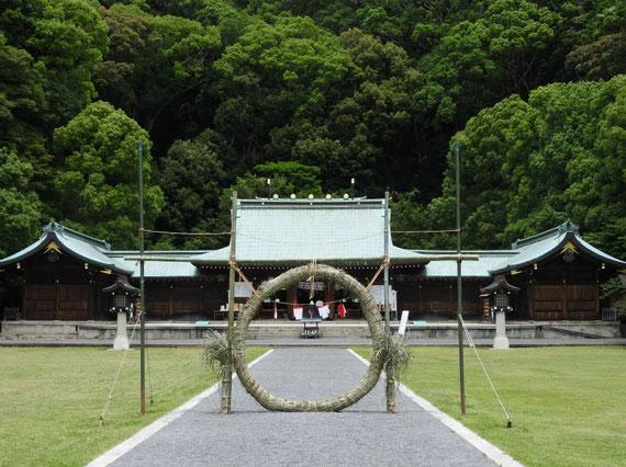 茅の輪と本殿・拝殿