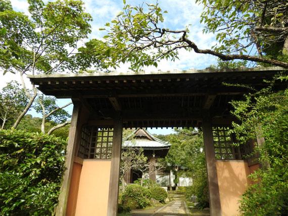 海蔵寺、通用門から鐘堂を望む