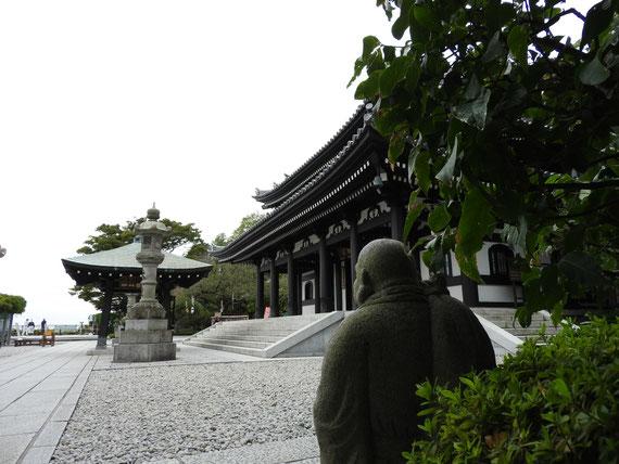 境内の石仏から本堂を観る
