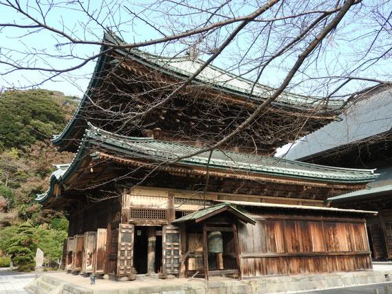建長寺仏殿、参道右から