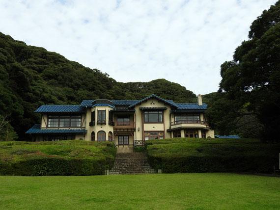 正面芝生から鎌倉文学館を観る