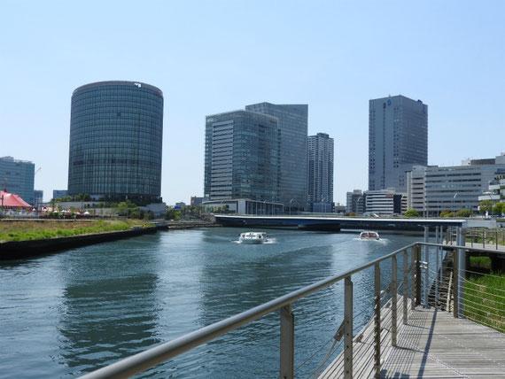 水際デッキより港みらい地区を見る