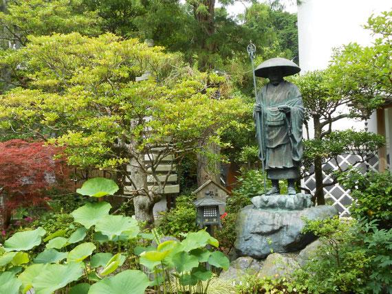 本堂前の庭園・弘法大師像
