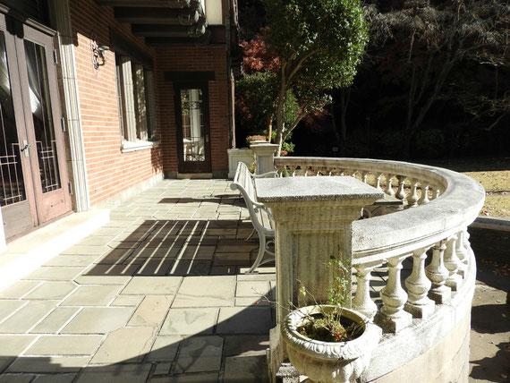 フランス庭園を望む、半円形バルコニー