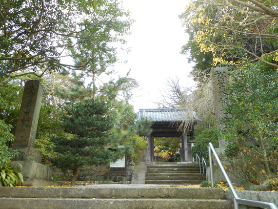 松葉谷根本道場の石塔と山門