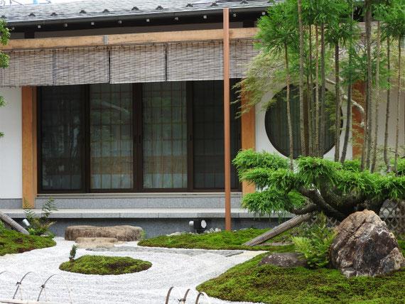 内仏殿前の日本庭園